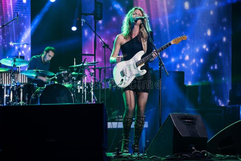 Bleus guitariste et exécution d'Ana Popovic de chanteur vivante au Fest d'arsenal, le 23 juin 2017 images libres de droits