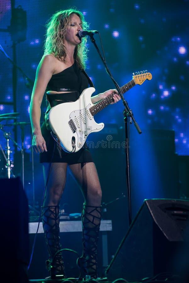 Bleus guitariste et exécution d'Ana Popovic de chanteur vivante au Fest d'arsenal, le 23 juin 2017 photo stock