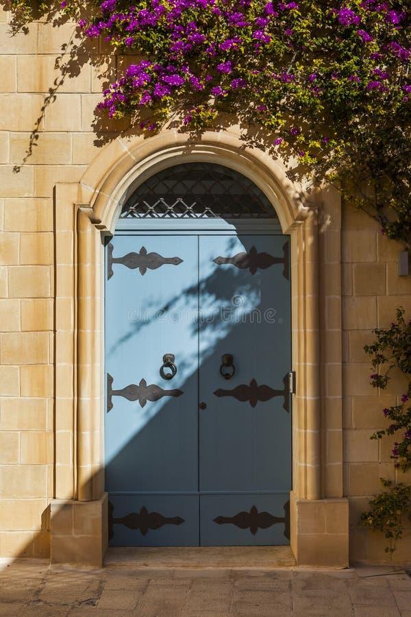 Bleutür in einem Haus in der alten Hauptstadt von Malta, Mdina stockfotografie