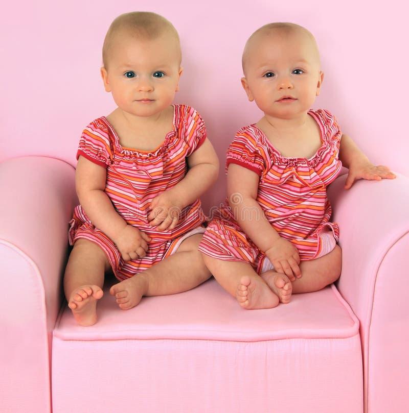 Bliźnięta jednojajowe dziewczyny zdjęcie stock