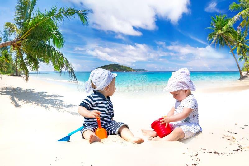 Bliźniacy na słońce wakacjach zdjęcia royalty free