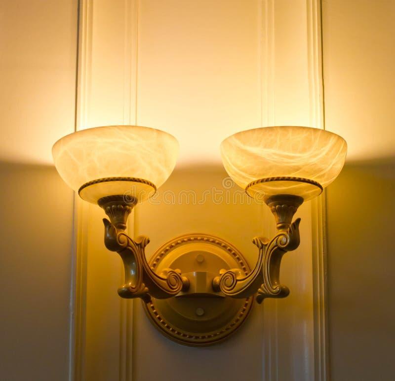 Bliźniacza lampa na ściennym jaśnieniu. fotografia stock