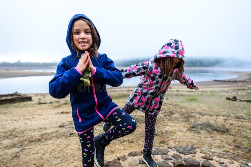 Bliźniacze dziewczyny stoi na resztkach antyczny rzymski wodny dobrze fotografia stock