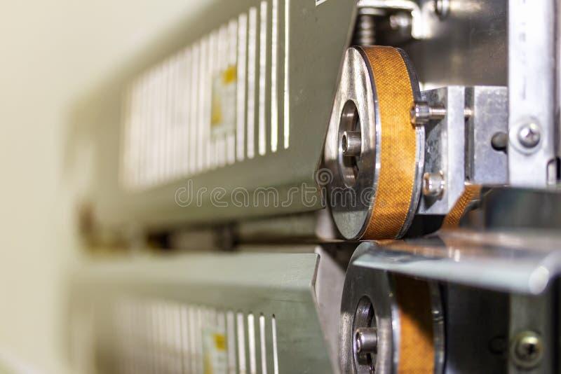 Bliźniacze wałki zamykające do opakowania typu 'plomba', wyposażone w zaawansowane technologicznie i automatyczne uszczelniacze p zdjęcie stock