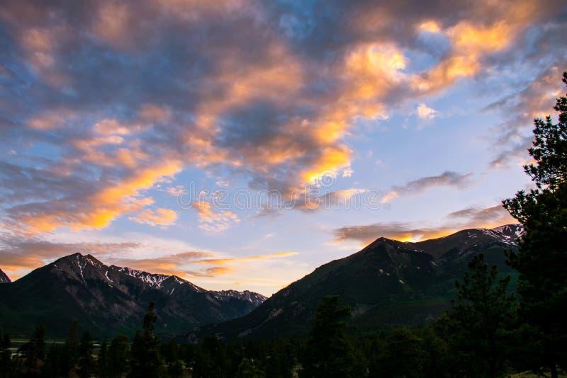Bliźniaczego jeziornego zmierzchu cloudscape wysokogórska jarzeniowa złocista błogość zdjęcia stock