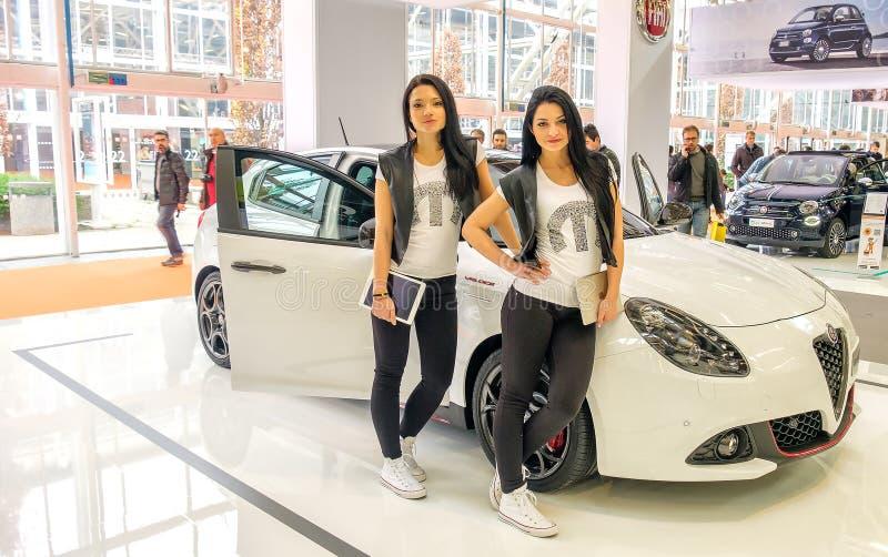 Bliźniaczy brunetka modela Alfa Romeo Giulietta Motorowego przedstawienia Bologna obraz stock