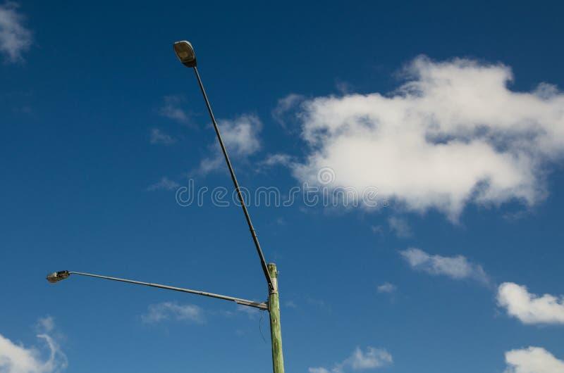 Bliźniaczy latarnia uliczna słup dla plenerowego oświetlenia z niebieskim niebem w tle zdjęcia royalty free