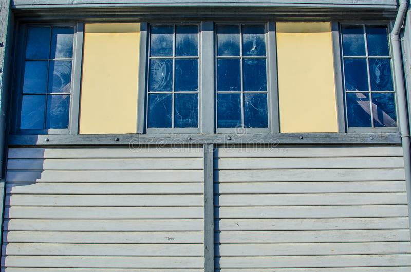 Bliźniaczy okno na starym szalunku domu obraz stock