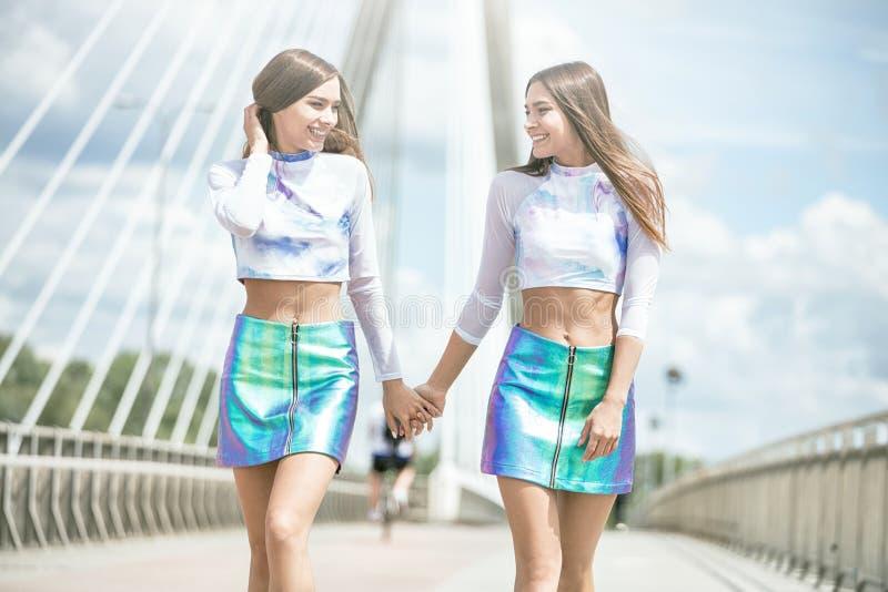 Bliźniak kobiety modelów pozować plenerowy obrazy stock