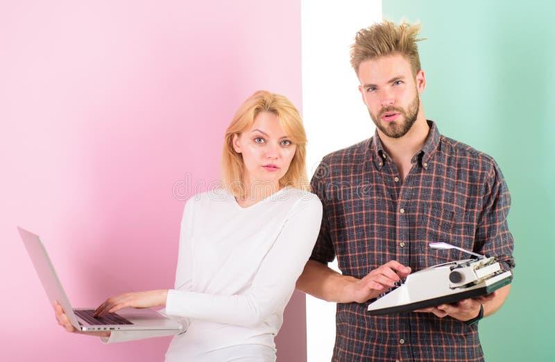 Bli av med skräp Kvinna med den moderna bärbara datorn och mannen med den gamla retro skrivmaskinen Därför du håller omodernt för royaltyfri fotografi