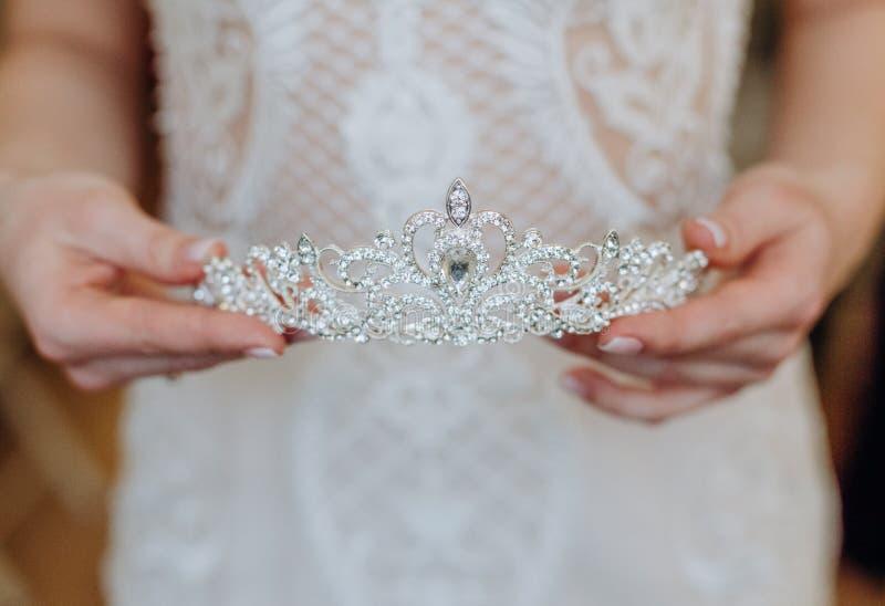 Bli en underbar krona med juveler, festbröllop fotografering för bildbyråer