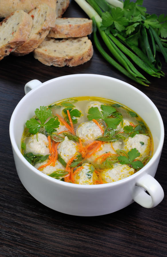 Bli rädd soup med meatballs fotografering för bildbyråer