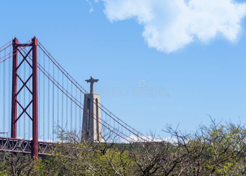 Blick auf das Cristo Rei Denkmal und die Brücke vom 25. April Lissabon, Portugal stockfotografie