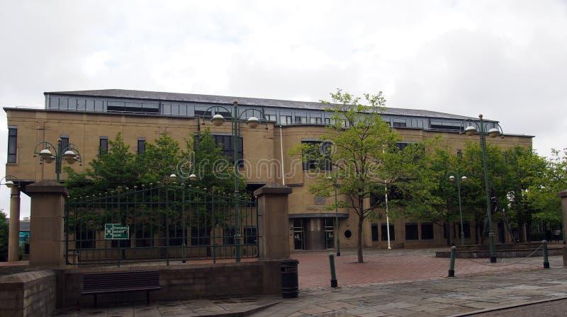 Blick auf den Börsenplatz in Bradford West Yorkshire mit dem von Bäumen umgebenen Kronplatz lizenzfreie stockfotografie