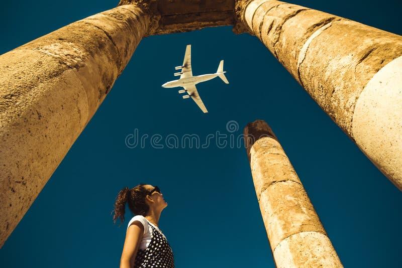 Blick der jungen Frau auf das Flugzeug, das über Ferien träumt Erforschen Sie die Welt Knopf auf moderner Computer-Tastatur Zeit  stockbilder