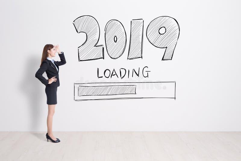 blick 2019 för affärskvinna på vit väggbakgrund arkivbild