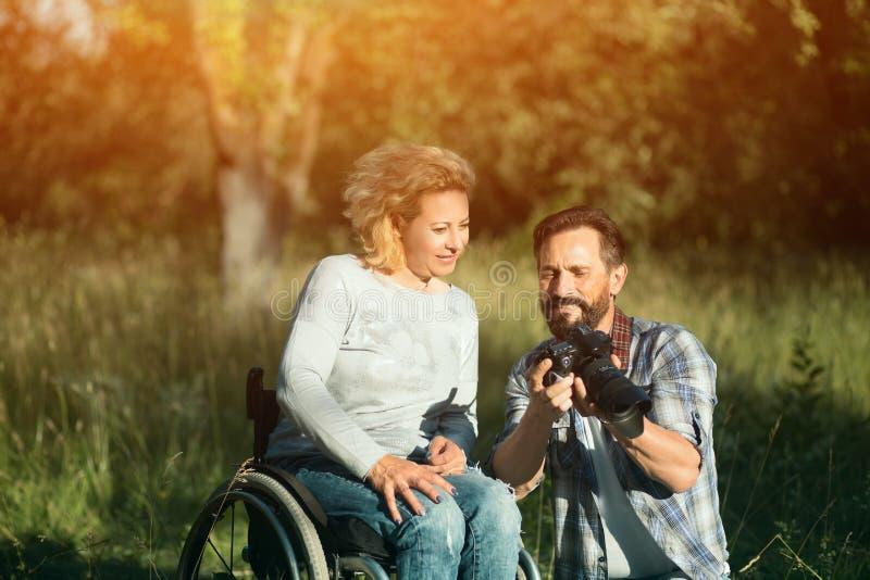 Blick för rörelsehindrad kvinna på de tagna fotona på kamera royaltyfria bilder