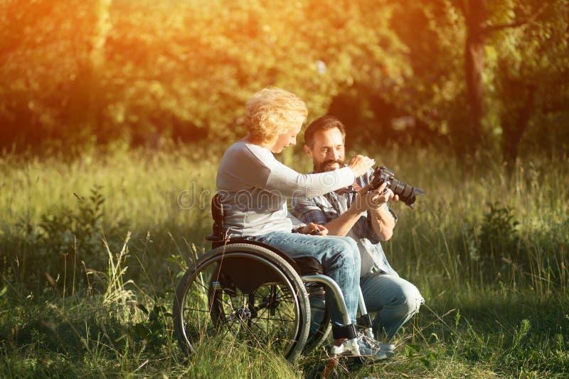 Blick för rörelsehindrad kvinna på de tagna fotona på kamera royaltyfri fotografi