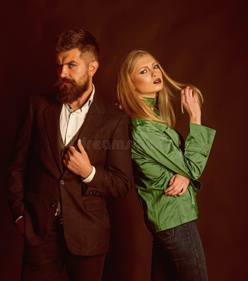 Blick gutes Sein herstellen kalt Herbststraßenart Modepaare der sexy Frau und des bärtigen Mannes Liebesbeziehungen Herbst stockbilder