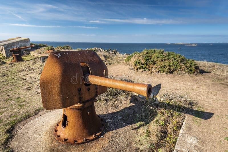 Blick von den Ruinen der Bastion von Beniguet auf der Halbinsel Beg er Vachif im Westen der Insel Houat; alter roster Kanon steht stockfoto