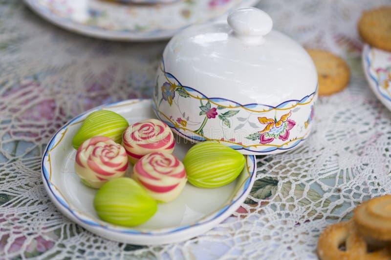 Blicken för sockerkaka som blommor och sidor royaltyfria foton