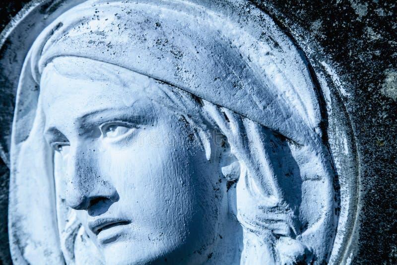 Blicken och ögonen av oskulden Mary Fragment av den forntida statyn Religion tro, kristendomenbegrepp arkivbild
