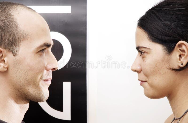 Blickkontakt - Entgegengesetzte lizenzfreie stockfotos