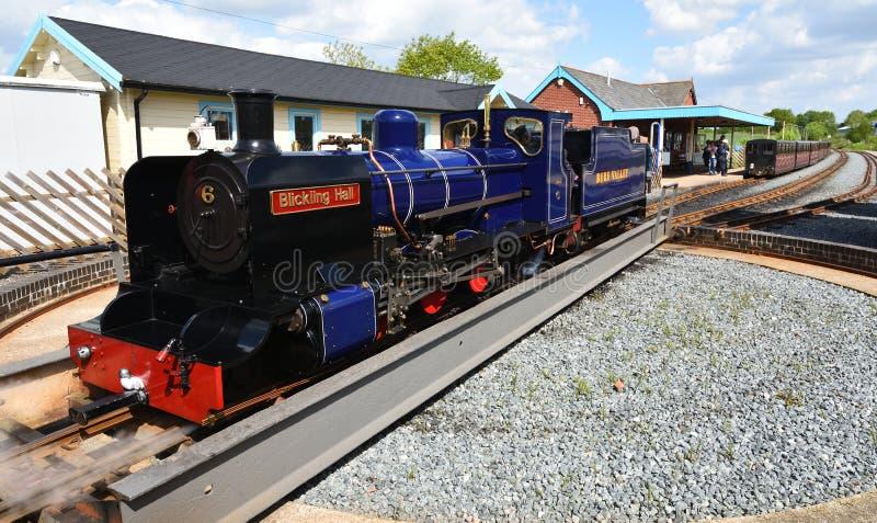 Blickling Hall Narrow Gauge Steam Train en la estación de Wroxham en el ferrocarril Norfolk del valle de Bure fotos de archivo