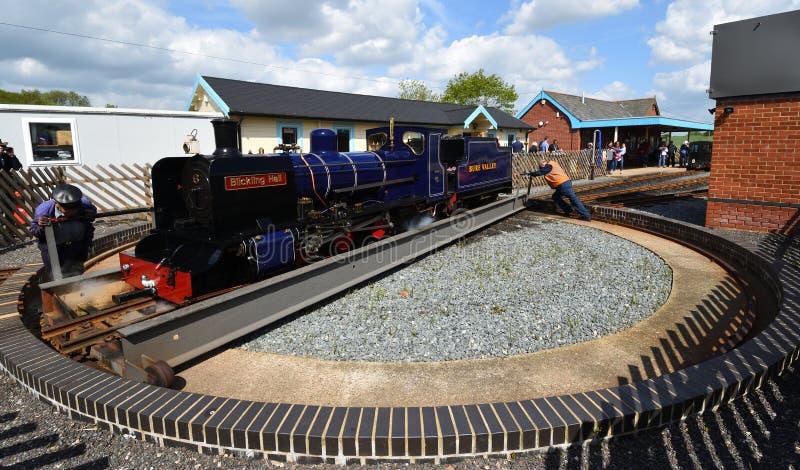 Blickling Hall Narrow Gauge Steam Train en la placa giratoria en la estación de Wroxham en el ferrocarril Norfolk del valle de Bu fotos de archivo
