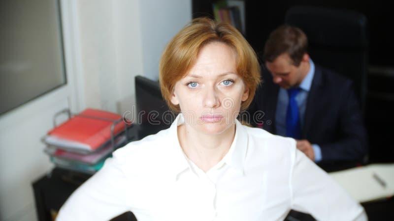 blidka ironi en kvinna i kontoret visslar och att larma arbetare äganderätt för home tangent för affärsidé som guld- ner skyen ti royaltyfri foto