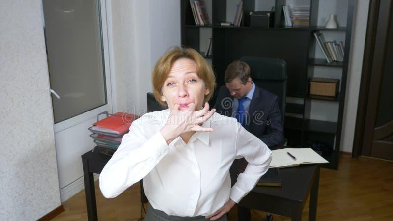 blidka ironi en kvinna i kontoret visslar och att larma arbetare äganderätt för home tangent för affärsidé som guld- ner skyen ti fotografering för bildbyråer