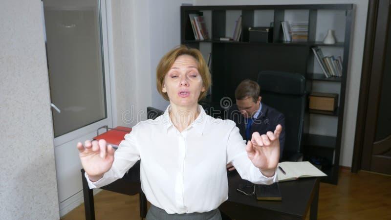 blidka ironi En kvinnlig chef för en arbetsprocess i kontoret arkivbild