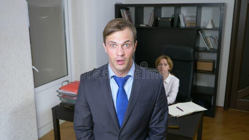 blidka ironi en man i kontoret visslar och att larma arbetare äganderätt för home tangent för affärsidé som guld- ner skyen till fotografering för bildbyråer