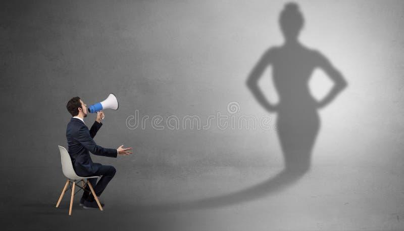Bliende och erbjudande material för affärsman till en skuggakvinna arkivfoton