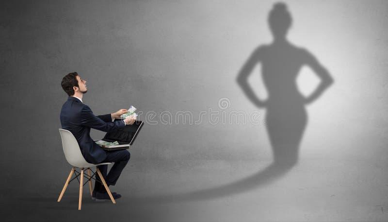 Bliende och erbjudande material f?r aff?rsman till en skuggakvinna royaltyfria foton