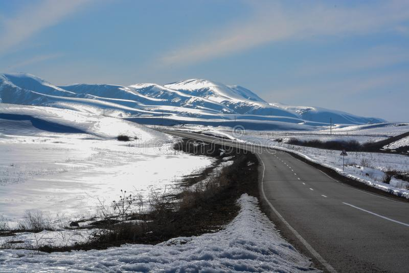 Blig snö- och ilsken blickberg Vägen till snöberget arkivfoto