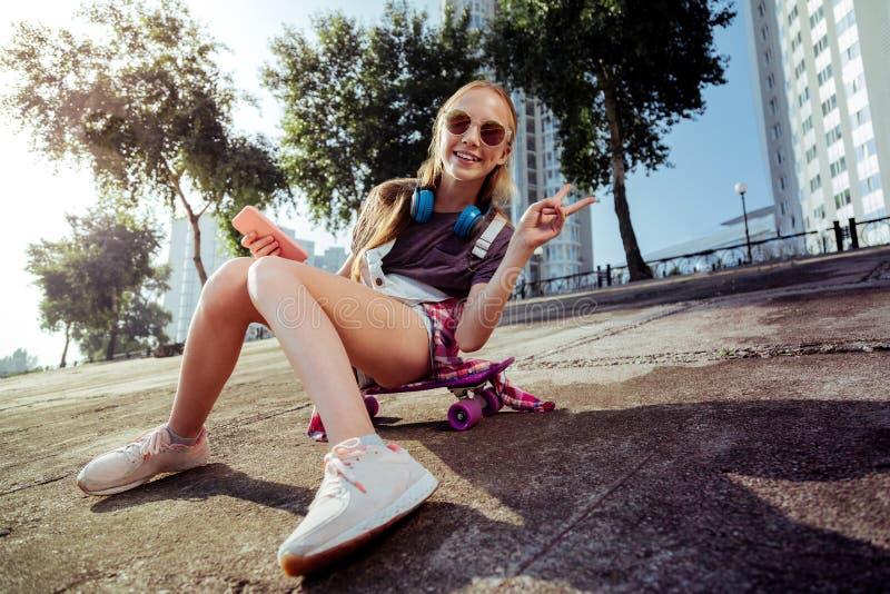 Blij actief meisje die recht camera bekijken stock fotografie