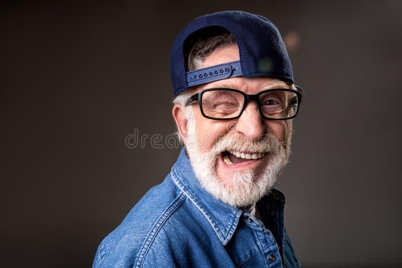 Blij bejaarde die humoristisch zijn stock afbeeldingen