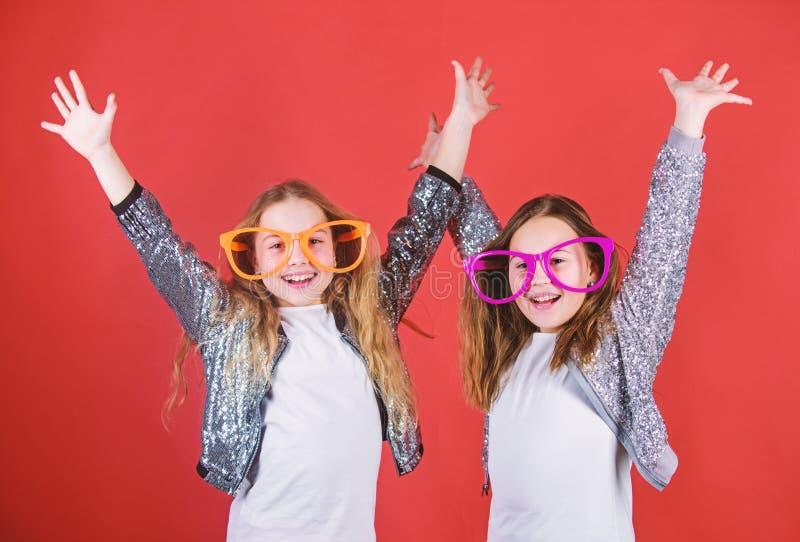 Blij en vrolijk zusterschapconcept Vriendschappelijke relatiessiblings Het oprechte vrolijke geluk en de liefde van het jonge gei royalty-vrije stock afbeeldingen