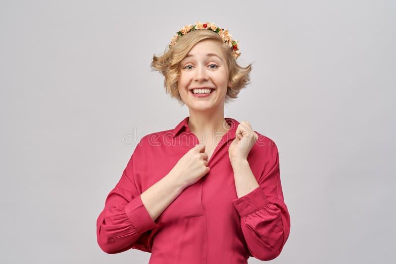 Blij enthousiast jong meisje met een grote glimlach, in bewondering, die een hand houden aan zijn borst royalty-vrije stock foto's