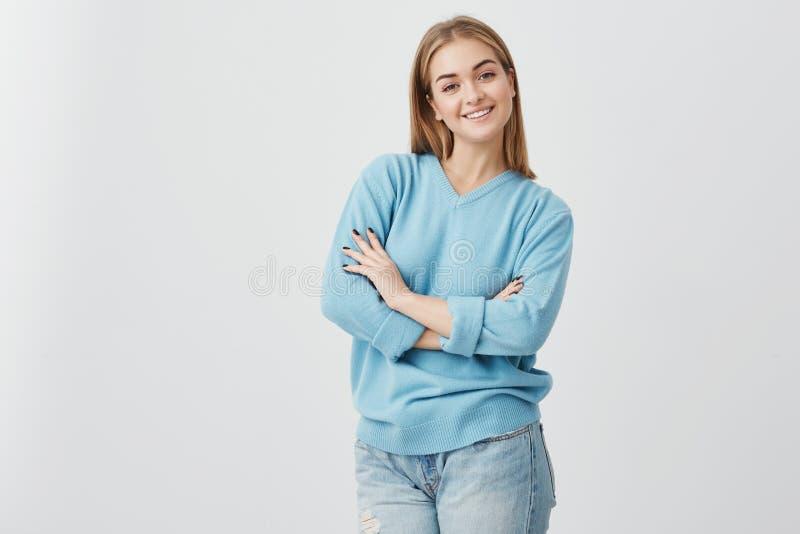 Blij Europees wijfje die met aantrekkelijke verschijning ruim met tanden glimlachen die gelukkig om haar vrienden samen te komen  royalty-vrije stock foto's