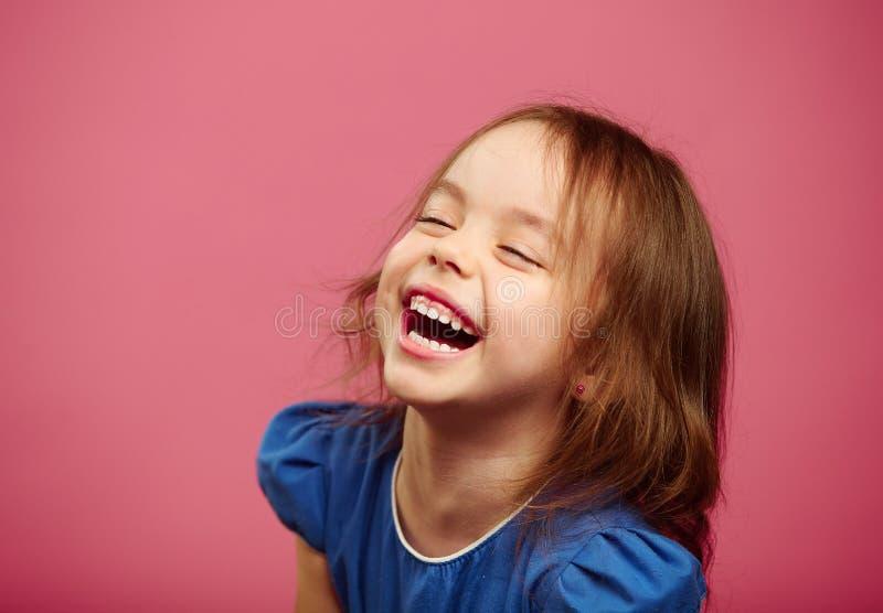 Blij gelach van kinderenmeisjes met oprechte blik royalty-vrije stock foto