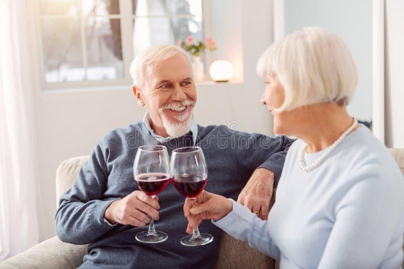 Blij hoger paar die hun huwelijksverjaardag vieren royalty-vrije stock afbeeldingen