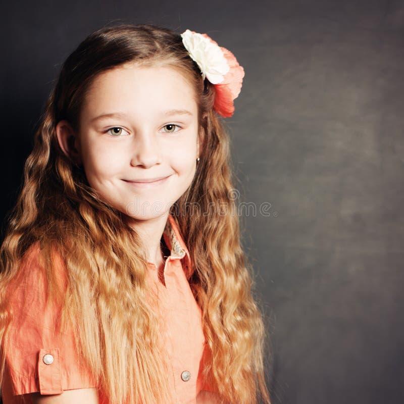 Blij kindmeisje Portret van jong meisje stock fotografie