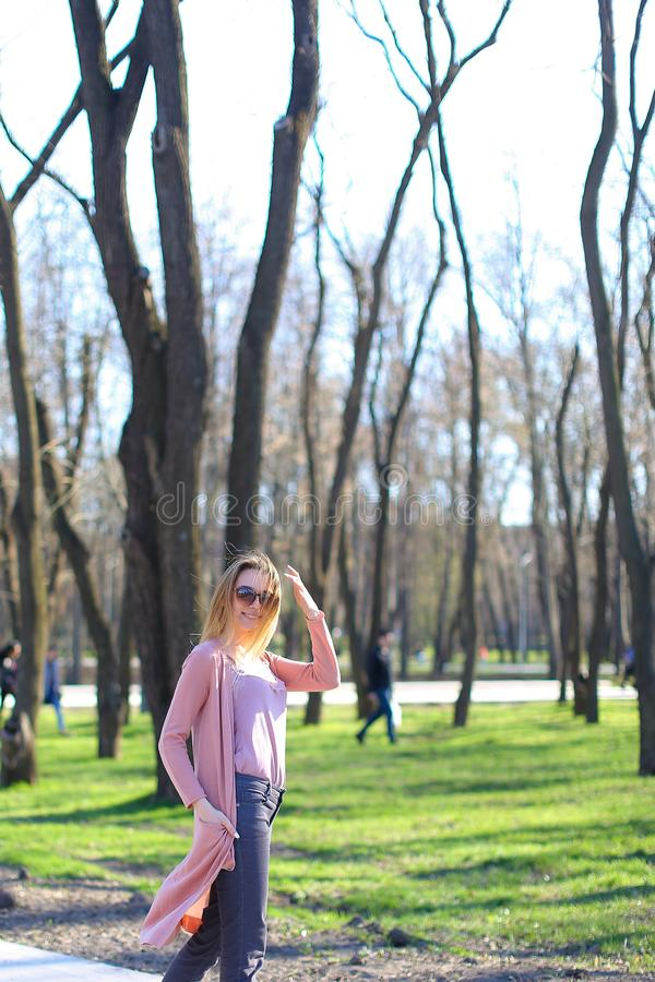 Blij maak meisje het lopen in park en het dragen van lange sweater royalty-vrije stock fotografie