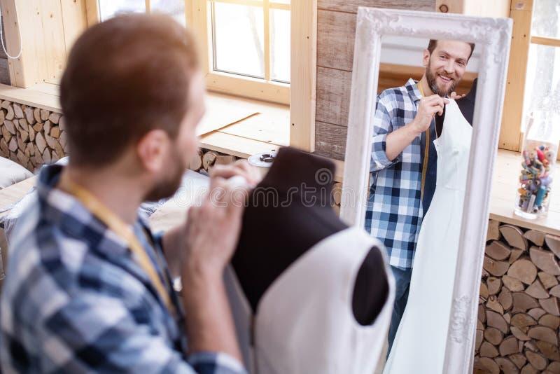 Blij mannelijk meer couturier het aanpassen kledingstuk stock fotografie