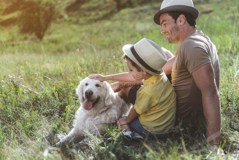 Blij mannetje en zijn jong geitje die plattelands van rust genieten royalty-vrije stock afbeelding