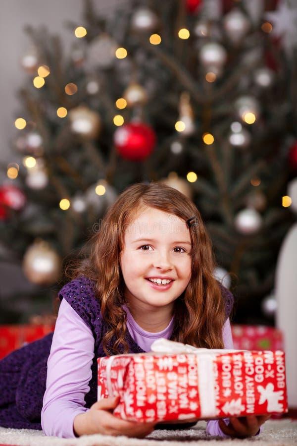 Blij meisje met een Kerstmisgift stock foto's
