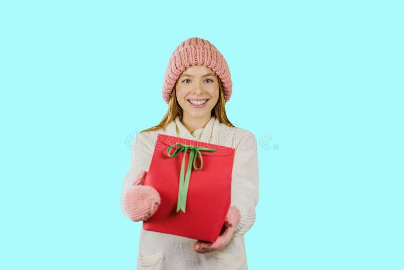 Blij meisje met gift voor de Nieuwjaarvakantie en Kerstmis op een geïsoleerde achtergrond royalty-vrije stock afbeeldingen