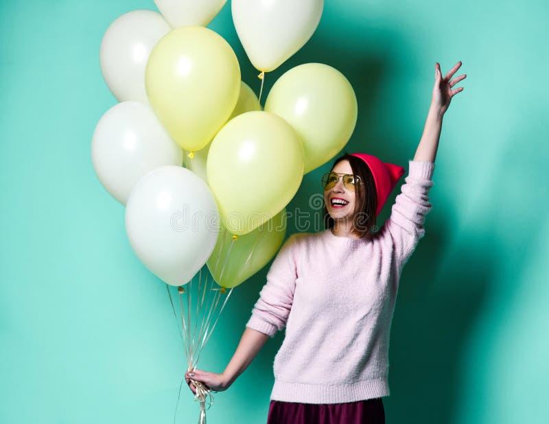 Blij model die pret hebben en met pastelkleurballon vieren royalty-vrije stock afbeelding